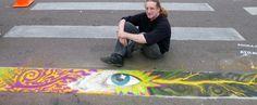 """Artista participante do """"Arte na Faixa"""", projeto de Curitiba. Foto: Arte na Faixa. Image via TheCityFix Brasil"""