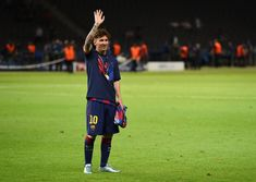 Lionel Messi Photos - Lionel Messi of Barcelona waves after the UEFA Champions League Final between Juventus and FC Barcelona at Olympiastadion on June 2015 in Berlin, Germany. - Juventus v FC Barcelona - UEFA Champions League Final Lionel Messi Barcelona, Fc Barcelona, Messi 2015, Messi Photos, La Champions League, Football Players, Finals, Leo, Berlin Germany