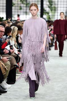 Street style e celebs comprovam: lavanda é a cor do verão Lavander, Ultra Violet, Pantone, Ideias Fashion, Kimono Top, Palette, Erika, Women, Lavender Colour