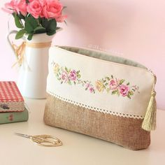 Diy Bag Zipper Fabrics Ideas For 2019 Diy Bag With Zipper, Zipper Bags, Zipper Pouch, Embroidery Purse, Cross Stitch Embroidery, Jute Bags, Sewing Leather, Patchwork Bags, Fabric Bags