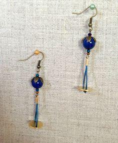 Boucles d'oreilles doré et bleu , crin de cheval teinté bleu via melbandthebird. Click on the image to see more!