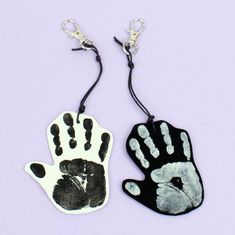 Paina Plus Color -askartelumaalilla kädenjälki kutistemuoviin. Dog Tags, Dog Tag Necklace, Drop Earrings, Color, Jewelry, Jewlery, Bijoux, Schmuck, Drop Earring