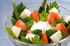 Sałatka z fasolką szparagową #smacznastrona #przepisytesco #poradytesco #sałatka #fasolkaszparagowa #fasolka #brokuł #pomidor #serkozi #pycha