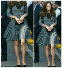 A Kate sempre está super elegante, o cinza é uma cor que não pode faltar nos looks de inverno. Para usar um vestido neste estilo em dias mais frios, opte por uma meia calça preta de lã. Para completar o look pode usar um casaco na altura do joelho, se quiser pode escolher uma cor mais viva como o vermelho. O look ficaria lindo, não acham? Beijos!  . ✨✨✨✨✨✨✨✨✨✨✨✨✨ . Kate is always super stylish, gray is a color that can not miss in the winter looks. To wear a dress in this style on cooler…