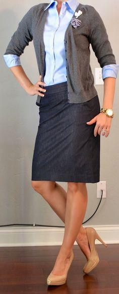 """""""Casual friday"""" para las mujeres trabajadoras formales. Cardigan, blusa camisera y falda lápiz de mezclilla. Los zapatos """"nude"""" te hará lucir más alta."""
