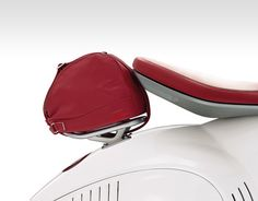 This extraordinary model Vespa 946 could only come with a wealth of quality accessories. From the bags to the handle grips and protection covers, ever...