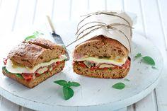 Σάντουιτς με προσούτο, πιπεριές Φλωρίνης και μοτσαρέλα - Συνταγές | γαστρονόμος Burritos, Salmon Burgers, Street Food, Sandwiches, Toast, Food And Drink, Snacks, Ethnic Recipes, Tortillas