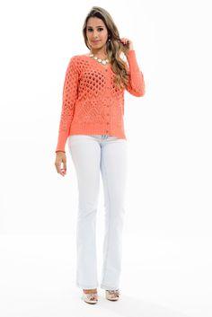 Cardigan rendado confeccionado em tricot, possui manga longa e fechamento por botões. São várias as opções de cores para você escolher de acordo com o seu gosto.
