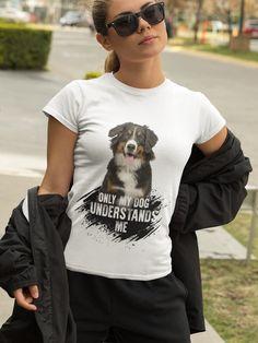 Du bist ein großer Fan von Australian Shepherds? Dann ist dieses T-Shirt perfekt für dich! Dieser glückliche Hund verbreitet gute Laune und zaubert auch deinen Freunden ein Lächeln ins Gesicht. Das Motiv wurde liebevoll von unseren Designern entworfen und ist eine tolle Möglichkeit allen zu zeigen, dass du immer genauso gute Laune wie deine Lieblingshunderasse hast. Australian Shepherds, Planets, Dogs, Mens Tops, T Shirt, Collection, Fashion, Good Mood, Amazing