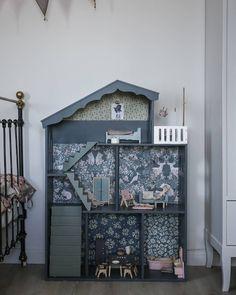 So cute! Image by Viktoria Holmgren (@baravickan) #wallpaper #tapet #dockskåp #diy #kidsroom #dollhouse #garboandfriends #photowallsweden