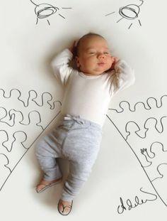 Moeder maakt leuke tekeningen van haar slapende baby