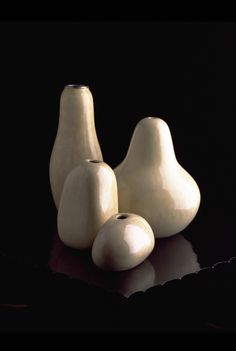 Robert Kuo Gourd and Bud Vases in cream lacquer Tabletop Accessories, Organic Form, Bud Vases, Decorative Objects, Ceramics, Gourd, Cream, Glass, Interior