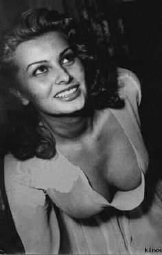 Sophia Loren, a classic beauty. Sophia Loren, Vintage Hollywood, Hollywood Glamour, Hollywood Stars, Vintage Tv, Classic Hollywood, Catherine Deneuve, Brigitte Bardot, Trash Film