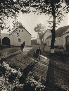 through the village / Ladislav Sitenský