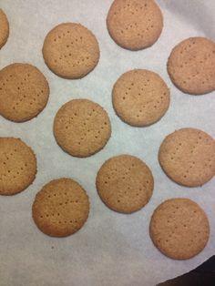 Μύρισε το σπίτι νοστιμιά!!! Μπισκότα με φρέσκο βούτυρο ( φυσικά προτιμότερο από το φυτικό βούτυρο ), αλεύρι ολικής άλεσης και καστανή ζάχαρη, τα οποία μπορούν να κοπούν με κουπ- πατ και να στολιστούν κατά προτίμηση. Εδώ, τα έφτιαξα στρογγυλά σαν digestive ( τα οποία μετά λύπης διαπίστωσα διαβάζοντας τα συστατικά στο κουτί ότι δεν είναι ... Cookies, Desserts, Recipes, Food, Crack Crackers, Tailgate Desserts, Deserts, Biscuits, Recipies
