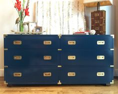 Vintage campaign-style six-drawer dresser from Henredon. Classic piece from preeminent fine furniture manufacturer Henerdon, this walnut campaign