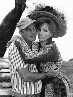 Barbra and Gene Kelly - Hello Dolly ! Gene Kelly, Fred Astaire, Old Hollywood Stars, Classic Hollywood, Old Movies, Vintage Movies, Star Wars, Playing With Hair, Broken Leg