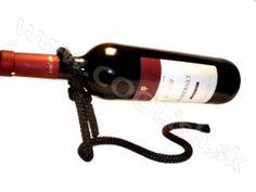 Originálny darček Laso držiak na víno čierny http://www.coolish.sk/sk/darceky-pre-vinarov/laso-drziak-na-vino-cierny