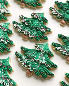 christmas cookies decorated Weihnachtspltzchen Happy little trees! Never tire of making these - Ill be posting a little video of this technique later this week so you can try too! Christmas Cupcakes Decoration, Christmas Tree Cookies, Cool Christmas Trees, Iced Cookies, Christmas Sweets, Cute Cookies, Royal Icing Cookies, Holiday Cookies, Cupcake Cookies