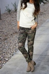 Casual Fall Outfit: baseball tee with camo jeans and ankle boots Camo Jeans Outfit, Camo Skinnies, Camo Outfits, Casual Fall Outfits, Fall Winter Outfits, Autumn Winter Fashion, Camo Pants, Camouflage Pants, Camo Dress