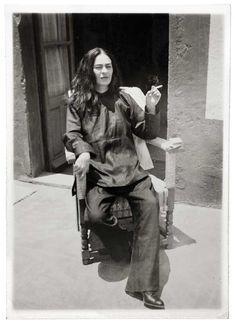 IlPost - Frida Kahlo dopo un'operazione, fotografata dal cugino Antonio Kahlo, nel 1946 (©Frida Kahlo Museum) - Frida Kahlo dopo un'operazione, fotografata dal cugino Antonio Kahlo, nel 1946  (©Frida Kahlo Museum)
