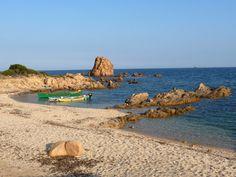 Cala Murtas, più comunemente chiamata spiaggia di Murtas, è una spiaggia di Quirra (frazione di Villaputzu, Sardegna). La spiaggia si estende per circa 6 km, dal capo di San Lorenzo fino alla Torre di Murtas. La spiaggia è caratterizzata da dune di sabbia. Alle spalle si estende l'entroterra in parte coltivato da contadini e in parte selvaggio con basse colline che dominano sul mare. È molto apprezzata per chi ama la natura incontaminata. Murtas è zona militare pur essendo aperta al…