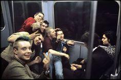 Fotógrafo registra o cotidiano no metrô de Londres nas décadas de 70 e 80