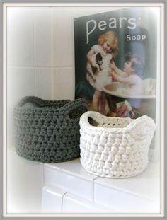 Little Sweet Things: Hooked spaghetti crochet basket Crochet Bowl, Diy Crochet, Yarn Projects, Crochet Projects, Crochet Basket Tutorial, Cotton Cord, Crochet Patron, T Shirt Yarn, Learn To Crochet