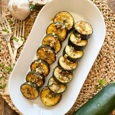 Today we have another classic Spanish dish using the humble zucchini, also known as a courgette. We´re talking Spanish Vinegar & Garlic Zucchini. This dish is packed with flavors and easy to make. Perfect as a tapas appetizer or even as a side dish, next to your favorite protein and some Spanish potatoes. The beauty of this dish is the texture of the zucchini. With the way we´re going to prep it and cook it, it´s going to have the most incredible texture.