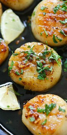 Brown Butter Honey Garlic Scallops - crazy delicious seared scallops with brown butter and honey garlic sauce. The best scallops recipe ever! Fish Recipes, Seafood Recipes, Dinner Recipes, Cooking Recipes, Healthy Recipes, Clam Recipes, Cooking Game, Healthy Chili, Spinach Recipes