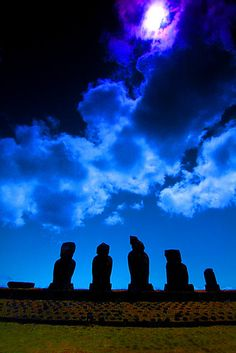Easter Island (Rapanui) mo'ai by night | by Ben Smethers ©2008 | bsmethers, via Flickr [Please keep photo credit and original link if reusing or repinning. Thanks!]