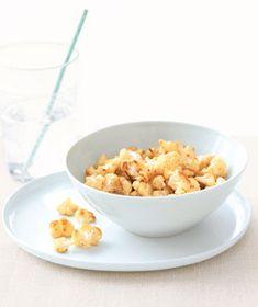 składniki         1 główka kalafiora, pokrojone na małe różyczki       3 łyżki oliwy z oliwek       sól koszerna    Wskazówki         Rozgrzej piekarnik do 400 ° F.       W dużej misce wymieszać kalafior, olej, i 1/2 łyżeczki soli. Przenieść do pieczenia i rozprowadzić w jednej warstwie.       Pieczeń, mieszając raz, na złoty kolor i delikatny, około 30 minut.