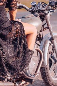☯☮ॐ American Hippie Bohemian Style ~ Boho bad girl . black lace, boots and motorcycle Bohemian Girls, Bohemian Style, Boho Girl, Hippie Bohemian, Hot Wheels, Boho Chick, Moto Vespa, Hippie Stil, Look Boho