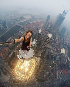 Angela nikolau Russian girl takes dangerous and riskiest selfies. Beautiful Russian daredevil girl takes the most dangerous selfies. Selfies, Parkour, Great Photos, Cool Pictures, Climbing Girl, Mode Rose, Crazy People, Belle Photo, Amazing Photography