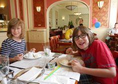 Beim Finale unserer Food Tour durch Prag waren unsere Jungs ziemlich glücklich.  #PragmitKindern #ReisenmitKindern #Prag