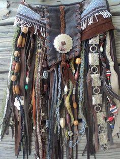 I love the mix of fabrics and textures - stylish .- Ich liebe die Mischung aus Stoffen und Texturen – stilvolle Handtaschen, Damenha… I love the mix of fabrics and textures – stylish handbags, women& handbags, leather … – clothes – - Hippie Chic, Hippie Style, Hippie Elegante, Mode Hippie, Gypsy Style, Boho Chic, Boho Gypsy, Gypsy Bag, Gypsy Skirt