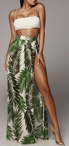 Saia longa com estampa floral e fenda lateral. Trendy Outfits, Cool Outfits, Summer Outfits, Fashion Outfits, Pool Party Outfits, Holiday Outfits Women, Petite Fashion, French Fashion, Fashion 2020
