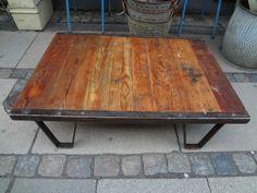 Gammel fransk industripalle som vil være flot som sofabord. Metallet er afpudset i rå industrielt udtryk og træet slebet, samt poleret med voks.Mål: H 29 X L 111 X B 78 cm