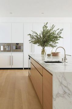 Modern Kitchen Interior Remodeling Sleek, refined, and monochromatic, these 14 minimalist kitchens are anything but bland. Modern Kitchen Interiors, Contemporary Kitchen, Kitchen Inspirations, Minimalist Kitchen Interiors, Home Decor Kitchen, Kitchen Interior, Interior Design Kitchen, House Interior, Minimalist Kitchen