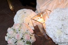 Candele, ortensie, rose e garofani per una cerimonia religiosa all ' insegna del romanticismo