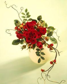 Alan Dunn Gumpaste Rose Arrangement :: he's really good too. Fondant Flowers, Clay Flowers, Silk Flowers, Sugar Paste Flowers, Cold Porcelain Flowers, Flower Spray, Sugar Craft, Silk Flower Arrangements, Arte Floral