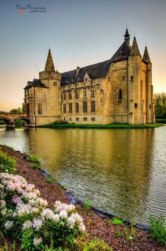 Château de Laarne, Belgique. Le château, édifié sur l'Escaut afin d'assurer la défense de Gand, porte la double empreinte d'une forteresse du Moyen-Age et d'un château de Plaisance du XVIIe siècle. Le château comporte encore un sévère donjon et des tours coiffées de pyramides de pierre du XIIe, tandis que les corps de bâtiments sont marqués par des aménagements réalisés au XVIe et XVIIe siècles. L'intérieur tend à restituer la vie du XVIIe et comporte une vaste collection d'argenterie.