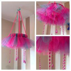 DIY tulle/tutu chandelier – The Crafty Mummy Tulle Wreath, Tulle Tutu, Tulle Fabric, Burlap Wreaths, Tulle Skirts, Tulle Projects, Tulle Crafts, Tutu Decorations, Diy Tutu