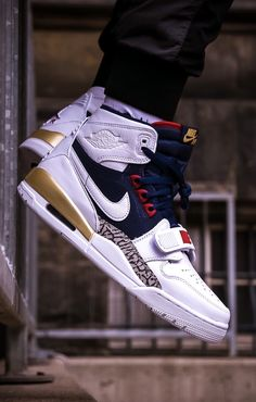 "Weißer Nike Air Jordan Legacy 312 Dream Team ""White/Navy/Red"" als Mashup legendärer Air Jordan Ikonen. Der Air Jordan Legacy 312 feiert M. Shoes Nike Adidas, Nike Air Shoes, Air Jordan Shoes, Sneakers Nike Jordan, Sneakers Adidas, Sneakers Mode, Sneakers Fashion, Fashion Shoes, Shoes Sneakers"