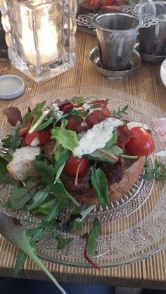 Josephine's gehaktbal met tomaat,  bacon en mosterdmayonaise