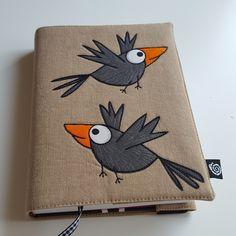 """Nastavitelný+obal+na+knihu+zvědavé+vrány+Nastavitelný +textilní+obal+na+knihu +velikost: Obal+je+určen+na+menší,+střední+i+""""tlusté""""+knihy +max.+rozměr+knihy+na+výšku+22,5+cm,+díky+pevné+výztuze+Ronofix+obal+dobře+drží+tvar+i+bez+obsahu,+tudíž+není+problém+vkládat+knihy+menších+rozměrů.Délka+od+pevné+klopy+je+nastavitelná+v+rozpětí až+38+cm. +Přední+klopa... Notebook Covers, Journal Covers, Fabric Book Covers, Fabric Cards, Handmade Journals, Mug Rugs, Easy Drawings, Textiles, Diy And Crafts"""
