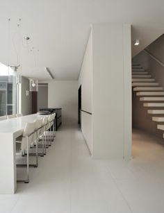 Deze moderne keuken bevindt zich in een prachtige nieuwbouwwoning midden in de Herentse bossen • Architect: Sara Imbrechts (hoge eettafel • eetkamer • zwevende trap • tegelvloer)