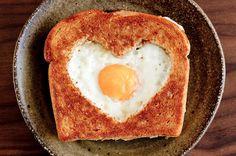 Suloinen aamupala. Healthy Valentine's Day Recipes. Tehty. Mukana nakit, feta ja sydän kurkkuviipaleet. Nam!