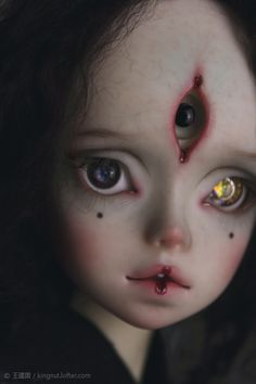 The sculptor is Smallchar, and the dermabrasion and the face-up work were done by Kingnut. Kingnut also had opened a eye on Yabi's forehead. Arte Horror, Horror Art, Scary Dolls, Gothic Dolls, Dark Photography, Doll Repaint, Custom Dolls, Bjd Dolls, Ball Jointed Dolls