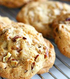 Pecan cookies made from almond flour and coconut oil - Sweets in a responsible way . :] Pecan cookies made from almond flour and coconut oil! Raw Food Recipes, Low Carb Recipes, Sweet Recipes, Snack Recipes, Cake Recipes, Healthy Cake, Healthy Sweets, Healthy Baking, Low Carb Sweets